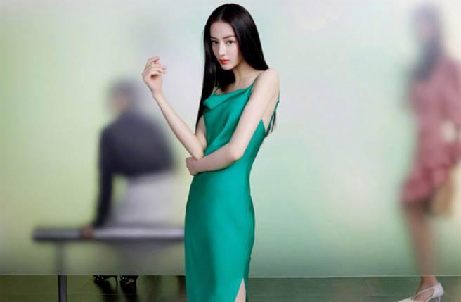 28歲大陸女星迪麗熱巴以來自新疆的高顏值走紅,除了精緻五官、168cm姣好身材,更靠超強親和力晉升新生代人氣女星。(圖/摘自微博@精品购物指南)