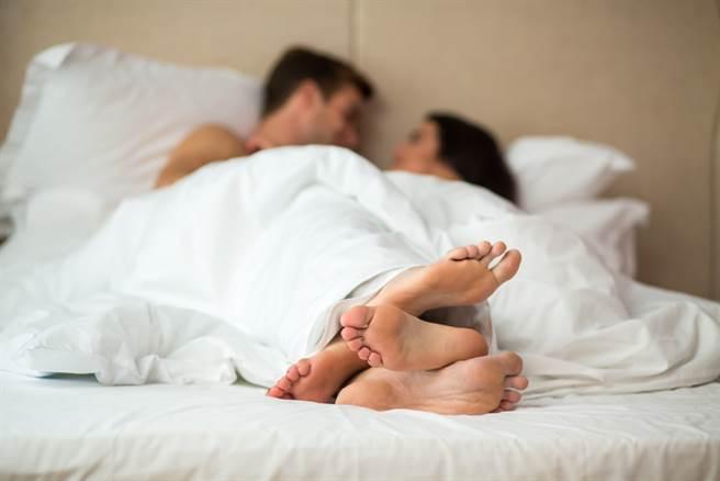 桃園一位人妻考完國考後,跟著一位小鮮肉去摩鐵啪啪,慘被丈夫抓姦。(示意圖/Shutterstock)