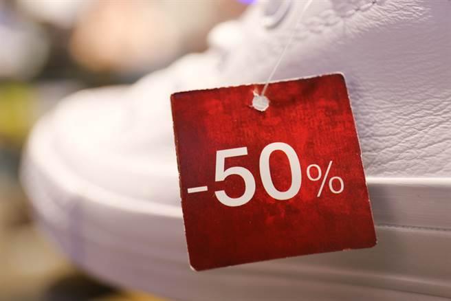 特賣會運動鞋價格常常可以打到對折,有網友好奇詢問「這種的可以買嗎?」(示意圖/達志影像)