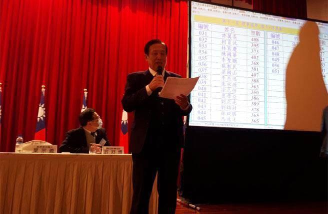 全國商總今天舉行第11屆第一次會員大會同時改選理監事,理事長賴正鎰(圖中者)交棒給副理事長許舒博。(圖/商總提供)