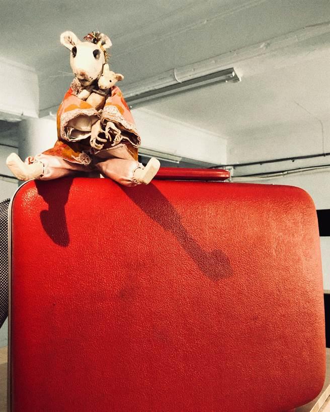 不貳偶劇《垃圾仙島》,以特製的擬人化老鼠戲偶,比喻成到處搬遷、找不到適合居住地的人類,探討現代人的居住正義。(不貳偶劇提供)