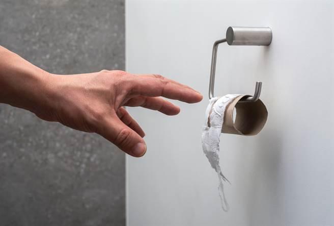 台中一位男子因家境貧困,便心生歹念搶劫,遭警察拘提後,還裝內急假裝廁所沒衛生紙,趁員警拿紙給他時逃跑。(示意圖/Shutterstock)