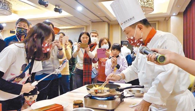 淡水福容飯店請出阿基師,於社區傳授婆媽做年菜的撇步,同時也帶旺飯店年菜銷售量。圖/業者提供