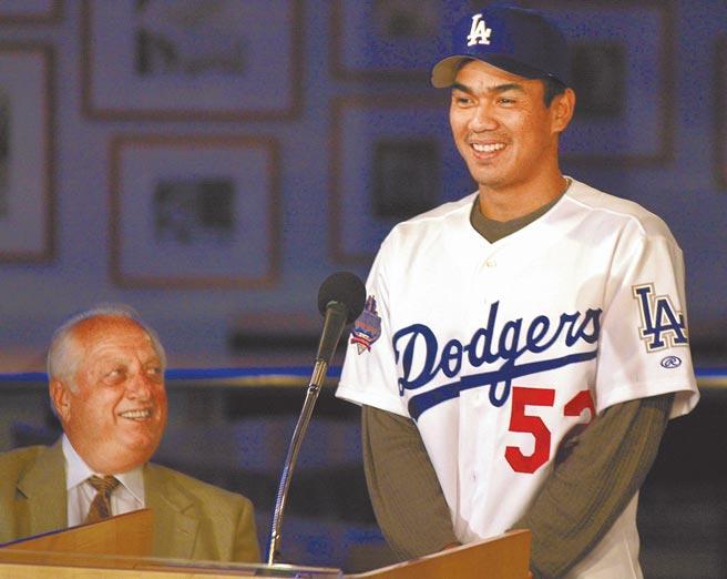 2002年陳金鋒(右)上演大聯盟處女秀後兩天,道奇舉辦記者會正式將他介紹給洛杉磯媒體,拉索達並以球團副總裁之姿開場致詞。 (美聯社)
