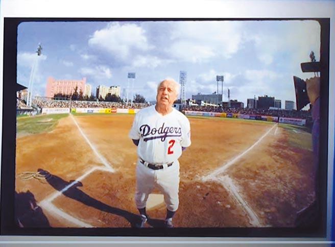 拉索達1993年訪台時在台北市立棒球場拍下的照片,出現在道奇隊為他製作的悼念影片中。(中央社)