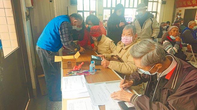 台南市9日天氣冷颼颼,民眾頂著冷風連署反萊豬,不少連署點都出現排隊人潮。(程炳璋攝)