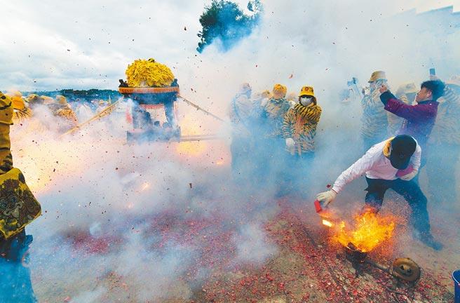 台東媽祖文化祭9日登場,北港朝天宮帶來傳統「犁炮」,由炮手利用火爐加熱的犁鐵點燃排炮,擲向神轎底。(莊哲權攝)
