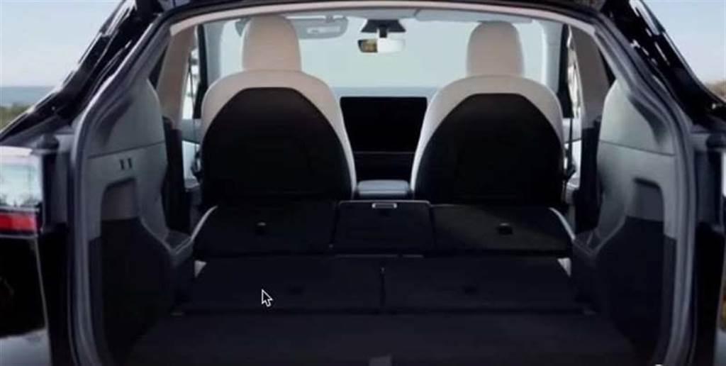 第二、三排座椅全倒後,整個車廂的置物空間