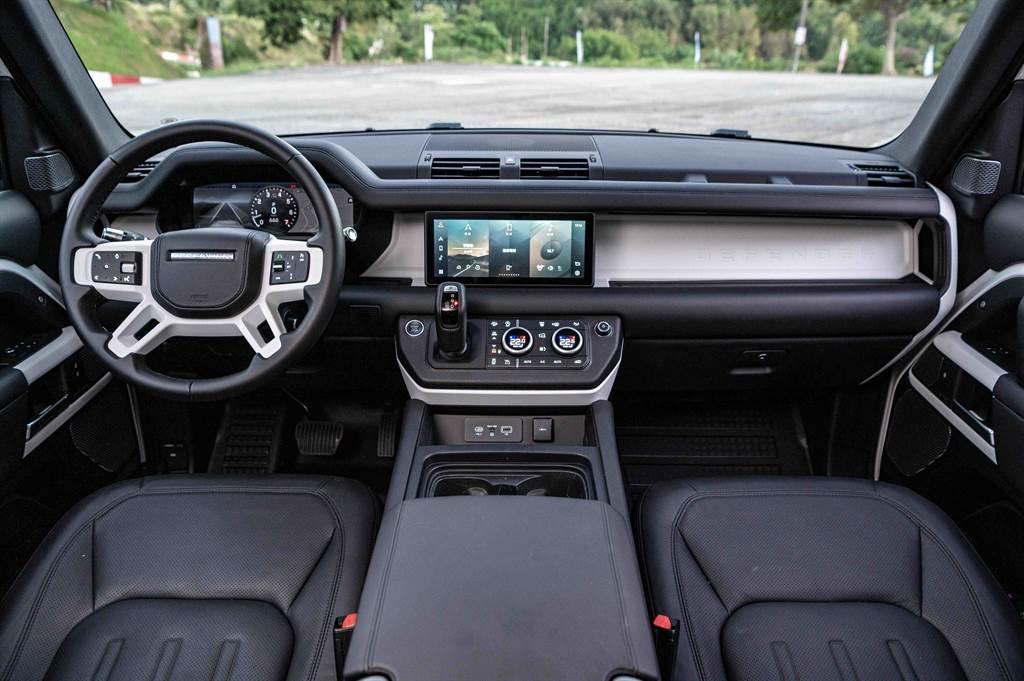 車室內裝以實用機能為設計導向,同時融入許多經典元素,充滿巧思。