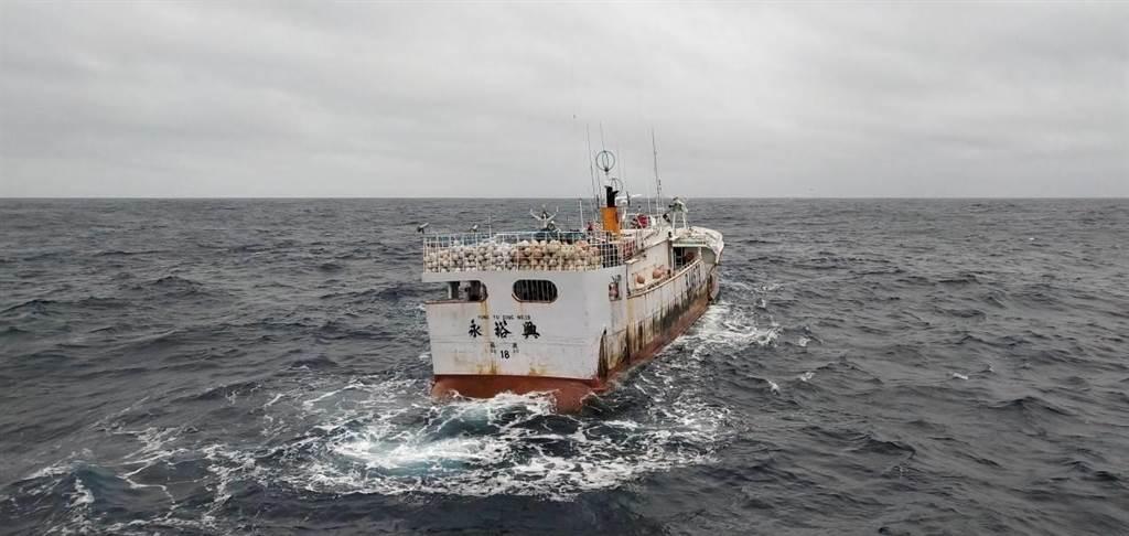 蘇澳籍漁船永裕興18號失聯多日,繼美方定翼機拍到行蹤後,首次有漁船近距離接近「永」船。(讀者提供/李忠一宜蘭傳真)