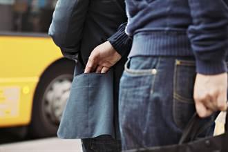 越南同事伸手進口袋「借摸」他嚇壞 網一看露邪笑