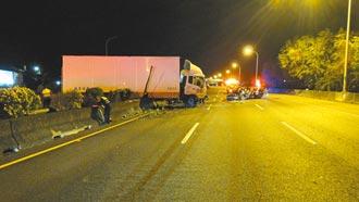 國道1號大貨車卡分隔島 科技男追撞亡