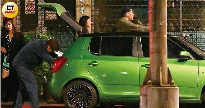李運慶先將大小物品放到車上,隨即坐進駕駛座開啟聊天模式。(圖/本刊攝影組)