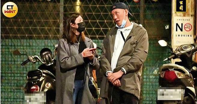 酒精催化下,林逸欣男友Tony不顧形象扮起鬼臉,試圖逗樂擺著撲克臉的林逸欣。(圖/本刊攝影組)