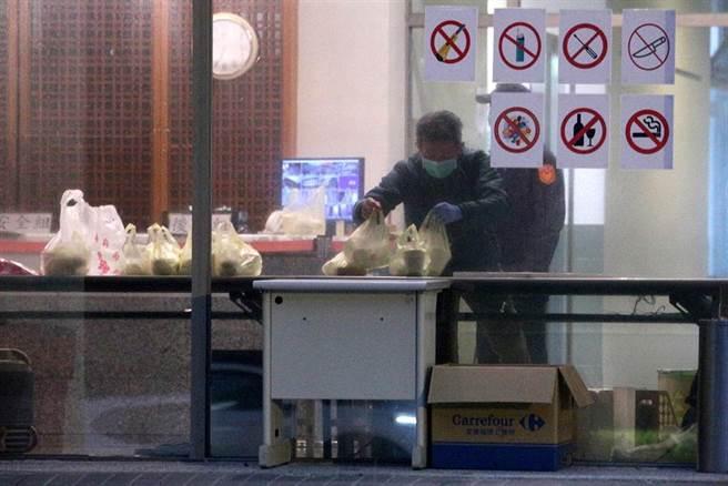 北部某檢疫所分兩個時段讓旅客離開,清晨5時許則有業者送來早餐。(黃世麒攝)