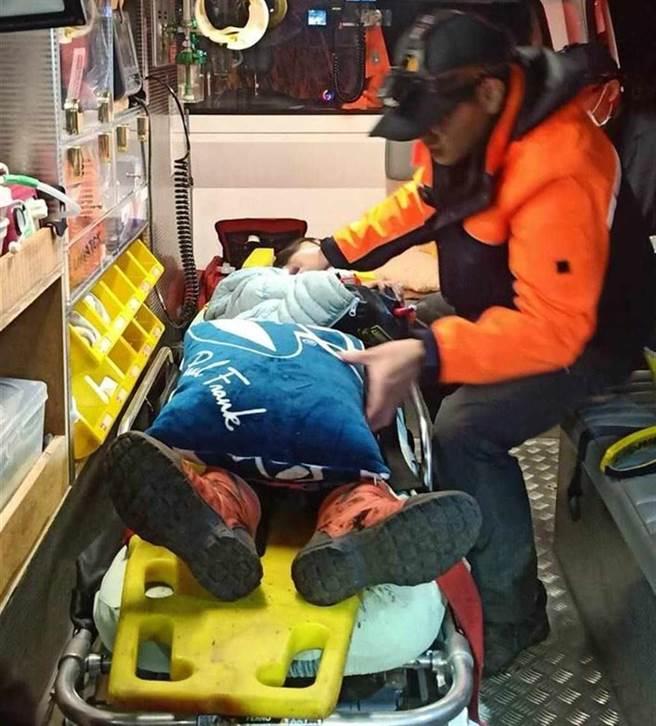 賓士車墜谷100公尺,一家五口獲救。(南投縣消防局提供/廖志晃南投傳真)