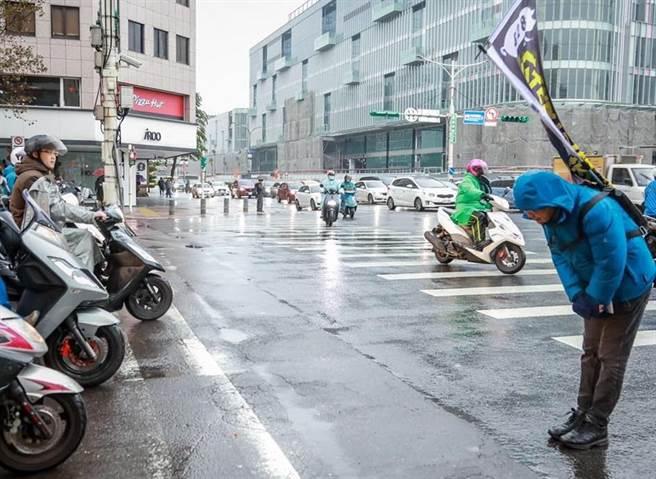 台北市議員羅智強用深深的一鞠躬,謝謝1400位市民的熱情連署。(圖/摘自羅智強臉書)