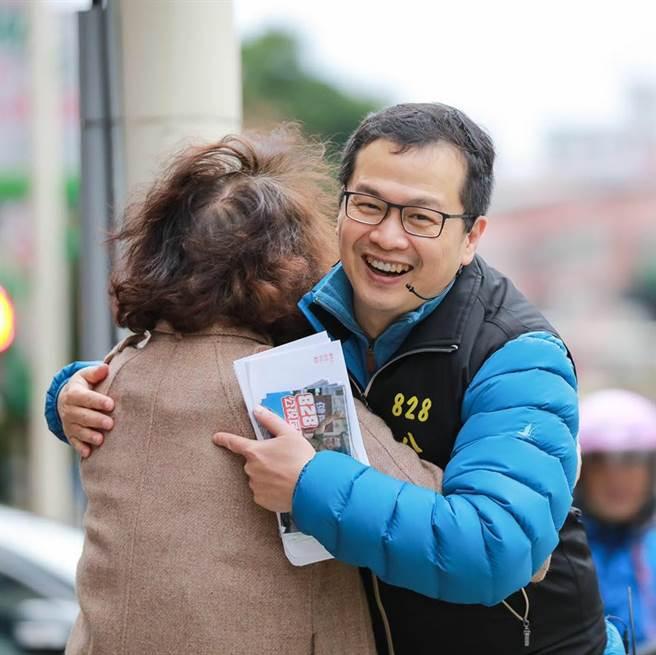 羅智強連日在台北街頭,號召民眾連署「還我公投」、「反萊豬」公投。(圖/摘自羅智強臉書)