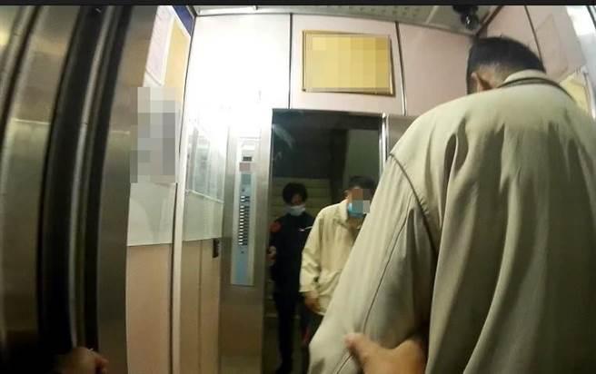 員警發現70多歲的王姓老翁低血糖險昏厥,不但提供餐點還護送返家。(台中太平警分局提供/馮惠宜台中傳真)