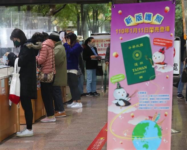 不少民眾起個大早至領務局申辦新版護照。(陳怡誠攝)