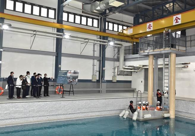 經濟部長王美花、高雄市長陳其邁等人11日視察海上求生訓練教室課程。(林瑞益攝)