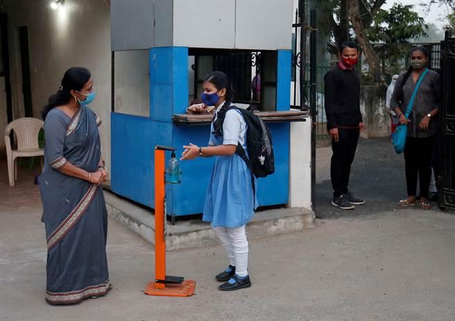 印度將從16日起展開武漢肺炎疫苗接種工作,首批3億人將免費施打疫苗。(圖/路透)