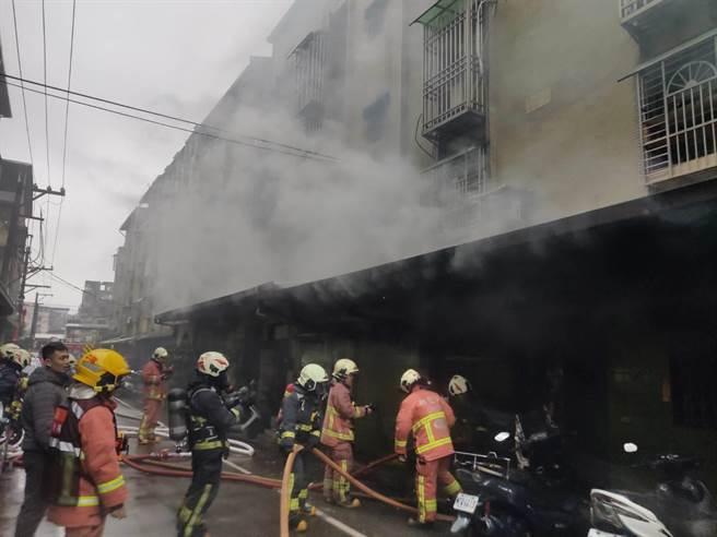 新北市樹林區一棟舊公寓竄出灰煙、火舌,消防人員緊急疏散3人,所幸無人傷亡。(記者蔡雯如翻攝)