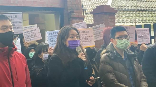 真理大學學生現任會長劉文琳表示,學生會提出四大訴求(戴上容攝)
