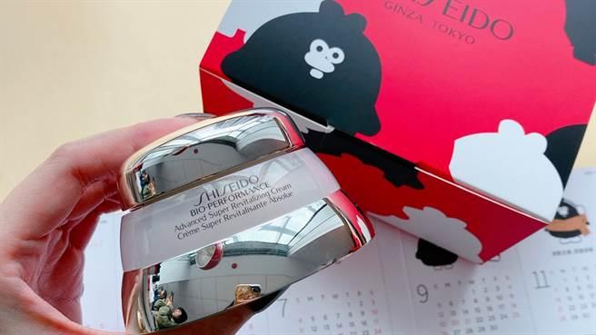 百優特別與插畫家掰掰啾啾合作,推出限量月曆禮盒。(邱映慈攝)