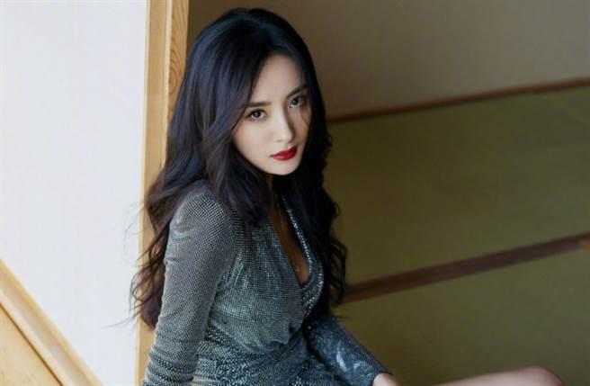 楊冪是演藝圈內公認的戲劇女王及時尚指標。(圖/摘自微博@嘉行杨幂工作室)