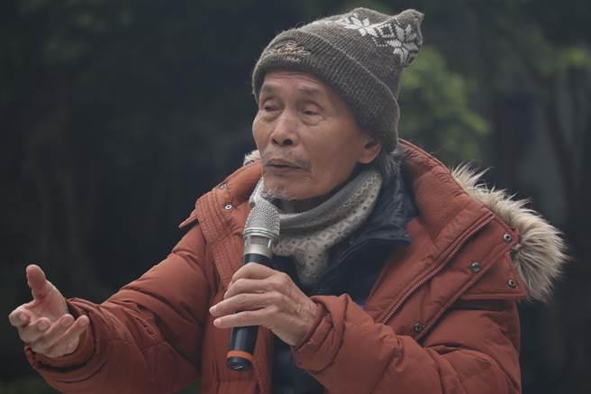 真理大學麻豆校區台灣文學資料館創系主任張良澤11日在台南吳園舉行記者會,說明台文館風波始末。(李宜杰攝)