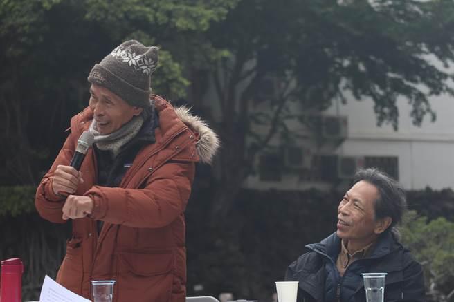 鍾肇政之子鍾延威(右)也到場聲援。(李宜杰攝)