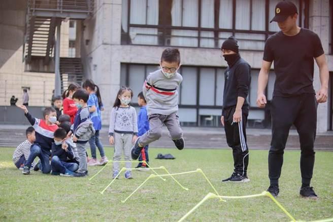 為提高飯店住房率,台北美福飯店攜手實踐大學教育推廣部推出「小小忍者訓練營」。圖/台北美福大飯店