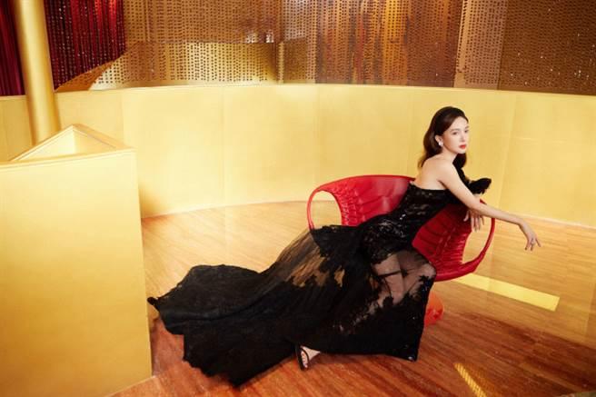 金晨一連獲得2020騰訊娛樂年度盛典中「年度電視劇突破演員」和「年度綜藝女藝人」2個獎項。(圖/摘自微博@金晨工作室)