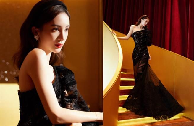 金晨選穿一套暗黑系深色閃耀長裙,立體黑紗點綴上有著透視感的鏤空繡花設計,整體造型顯得嫵媚又神秘。(圖/摘自微博@金晨工作室)