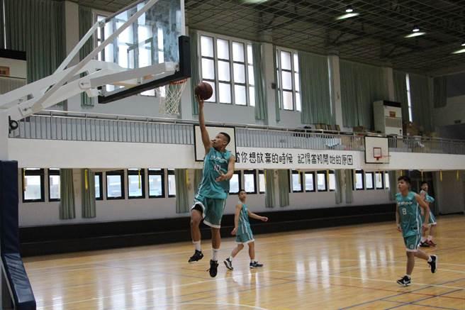 頭屋國中籃球隊為社團性質,在穩定師資與教練的培訓下,成功擠進全國賽,取得乙級聯賽北區複賽資格。(何冠嫻攝)