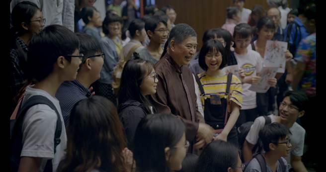 作家白先勇自(圖中)2004年推出青春版《牡丹亭》,廣受大陸青年學子喜愛。(藝碩文創提供)