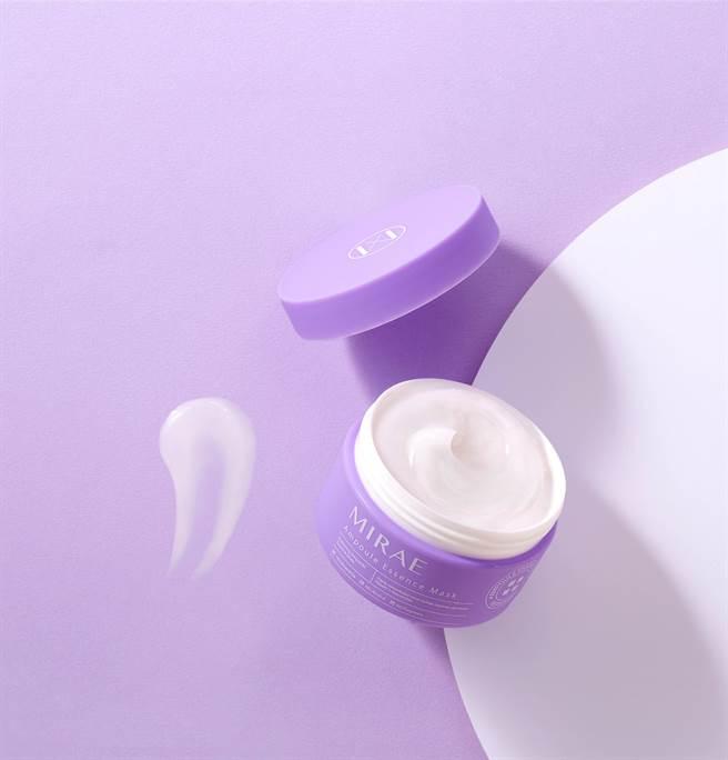 修護安瓶精華膜有三種用法,可當做保養最後一步鎖水功用,也可當做急救面膜,還可以在睡前塗抹當做晚安面膜。(圖/品牌提供)