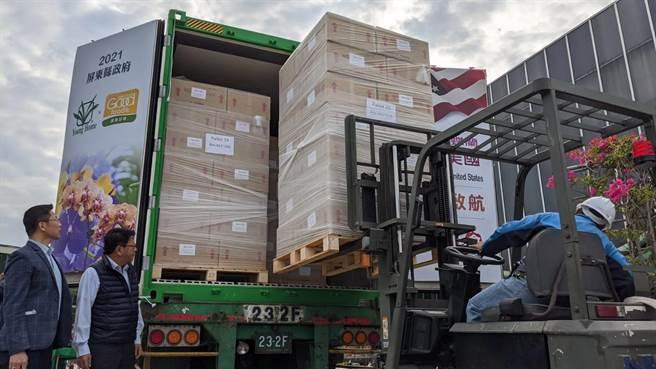 屏東潮州永宏蘭業11日舉辦蘭花外銷美國封櫃儀式,是今年首個蘭花外銷美國的貨櫃。(潘建志攝)