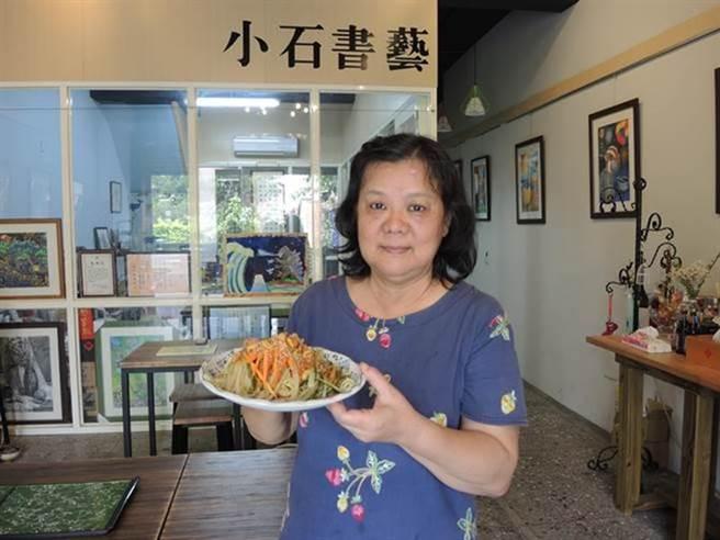 軟體工程師退休的李如平為陪伴女兒,開起了涼麵館,販售記憶中眷村的味道。(邱立雅攝)