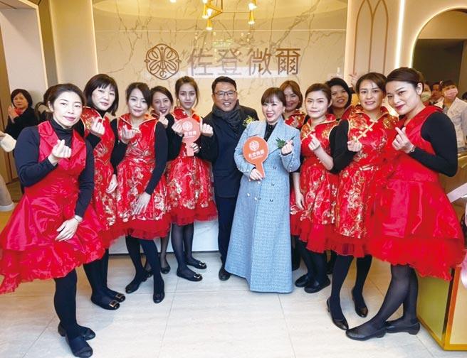 佐登妮絲集團總經理陳佳琦(右四藍衣)1/9開心宣布,佐登微爾集團在新竹開設台灣第五家醫美診所。圖/佐登妮絲