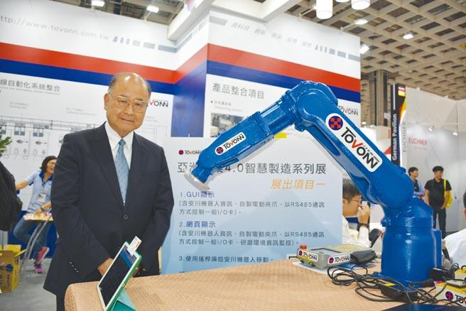 統旺科技公司致力於壓鑄、鑄造等相關行業的工廠自動化設備,董事長呂阿福在台北國際自動化展為客戶解說。圖/李水蓮