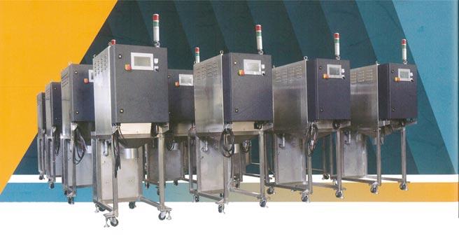 渣產線的油渣或水渣分離,金冠群「全自動排渣分離回收機」可有效率的執行,回收的油、水可再利用,降低生產成本。圖/葉圳轍