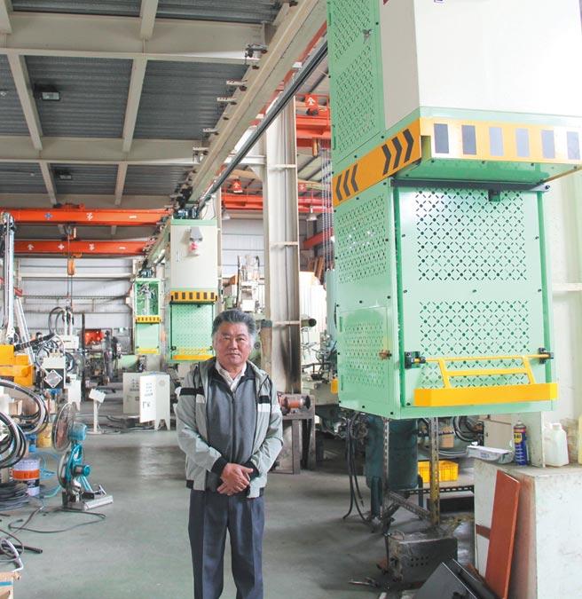 燿陞公司董事長李雄濱與採架空自走型設計的「鋅鋁中央自動配湯系統」。圖/陳仁義