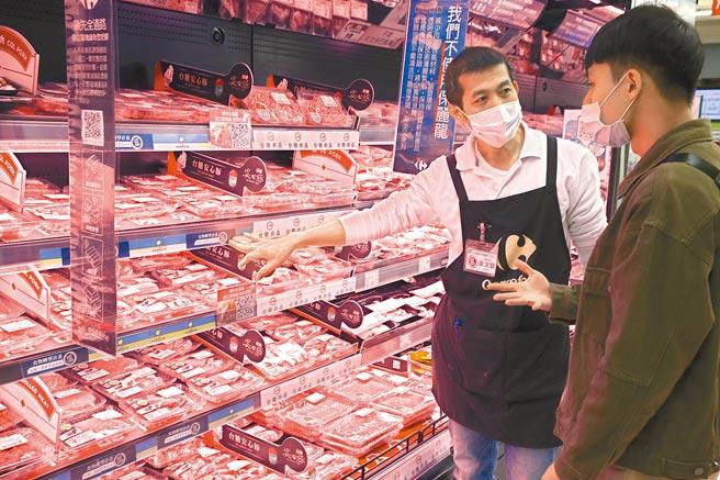 民眾前往新北市中和家樂福,賣場人員在不含萊克多巴胺專區向民眾介紹豬肉品。(本報資料照片)