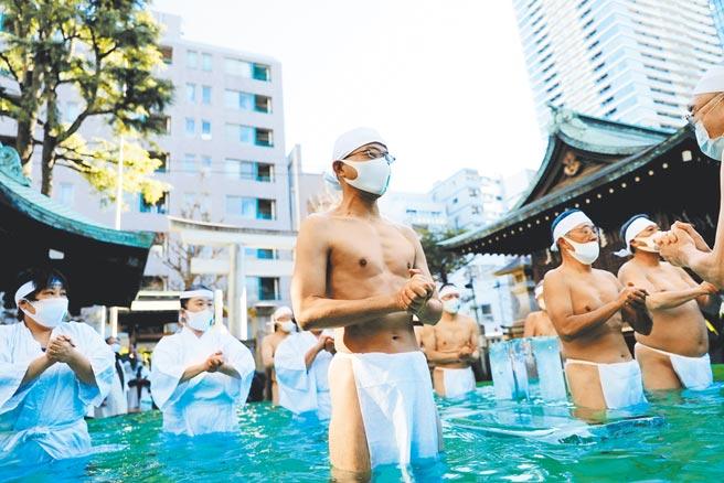 日本新冠疫情延燒,傳統慶典上的表演者都戴上口罩,絲毫不敢大意。(路透)