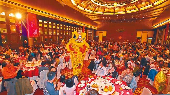 圖為除夕夜大飯店數百名民眾一起用餐圍爐。(飲酒過量,有礙健康)(本報資料照片)