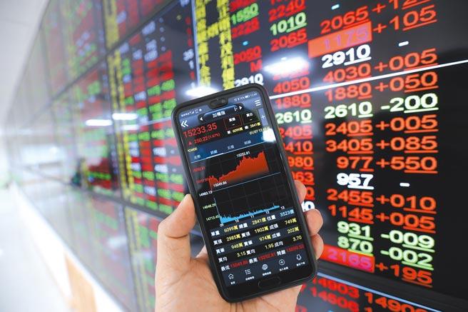 在美股收高帶動及資金行情簇擁下,台北股市7日盤中漲勢擴大,收在15214點,成交值3381.31億元;號子內的螢幕多數個股都是呈現代表漲勢的紅色。(本報資料照片)