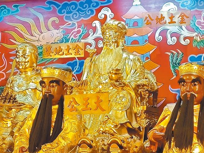 四結福德廟供奉著金光燦燦的金身土地公,是四結福德廟的「鎮廟之寶」。(胡健森攝)