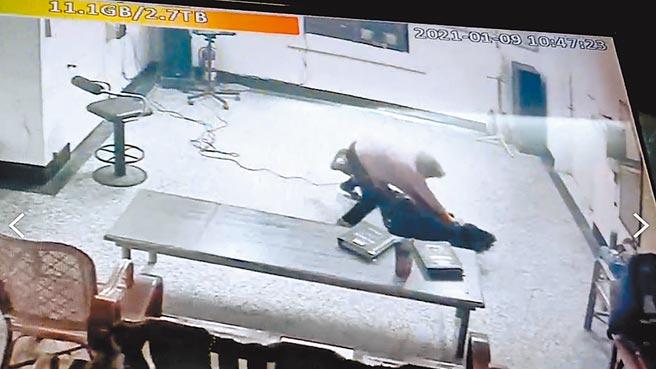 2人為搶奪麥克風,一路從坐位扭打到電視機前,最後吳(下)疑因重心不穩跌倒在地,黃(上)順勢撲在她身上。(警方提供/羅亦晽花蓮傳真)